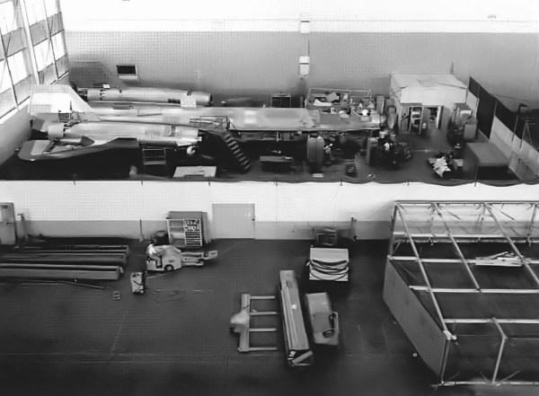 Primeiro protótipo do Lockheed AF-12 (YF-12A) sendo fabricado, nas instalações da Skunk Works, em Burbank (Califórnia) – Lockheed Martin (1)