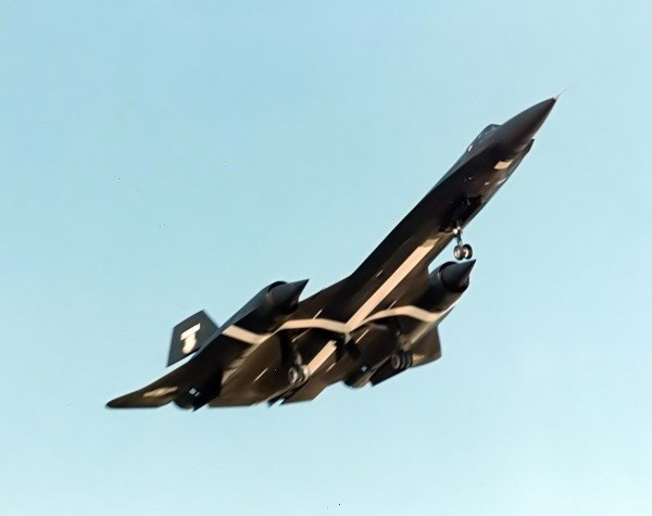 Terceiro protótipo do Lockheed AF-12 (YF-12A), Artigo 1003 (60-6936), momentos após a decolagem para a realização de um voo de testes / Lockheed Martin