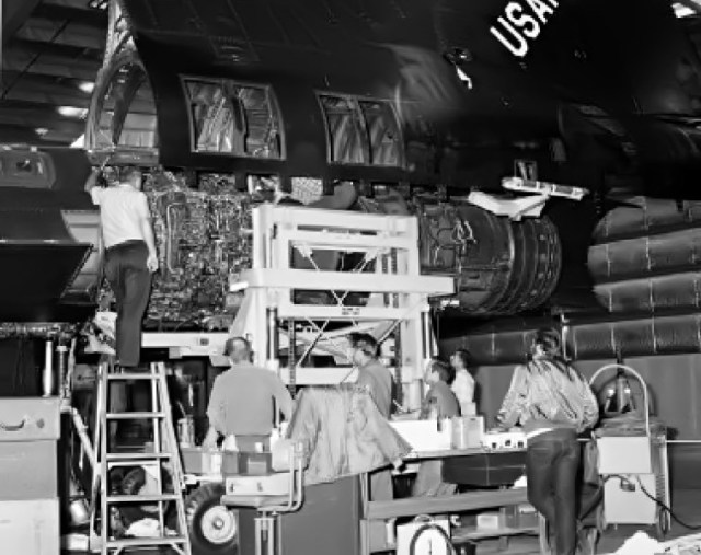 manutenção do motor J58 em um YF-12A - USAF