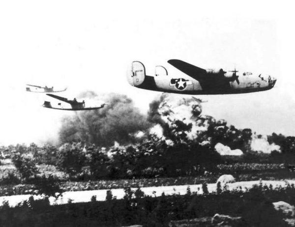Voando baixo sobre o inferno de uma refinaria em chamas, um grupo de B-24D Liberator continua rumando para seus próprios alvos.