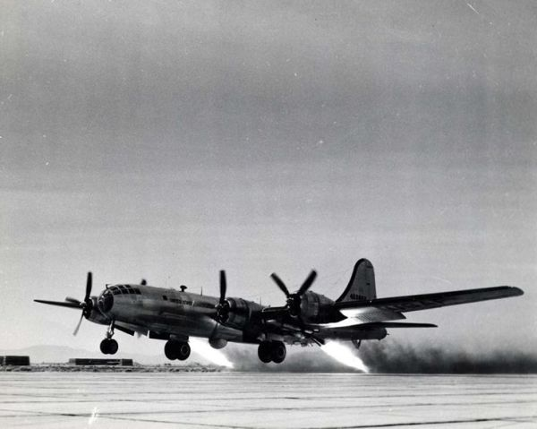 B-29 com RATO (Rocket Assisted Take Off)