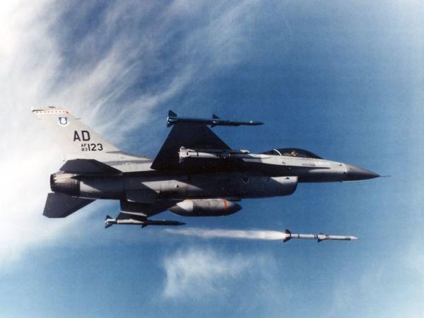 AIM-120_F-16_01