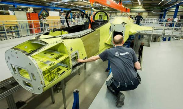 A primeira fuselagem do Gripen NG entra na fase final de montagem em Linkoping, na Suécia. (Foto: Saab)