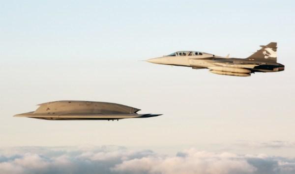 O demonstrador Gripen NG voa em formação com o UCAV Neuron da Dassault. (Foto: Pia Ericsson / FMV)