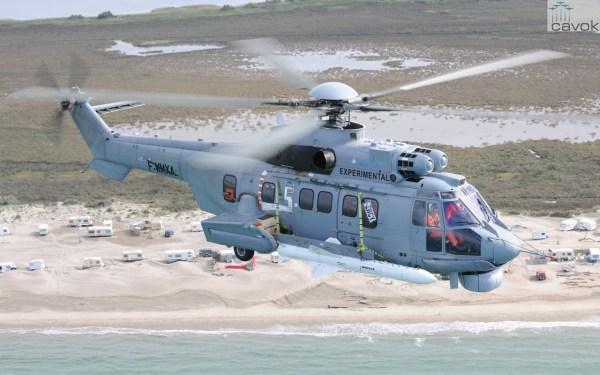 H225M armado com míssil em voo na França. (Foto: Anthony Pecchi / Airbus Helicopters)