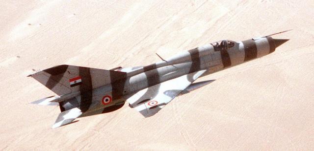 """O Egito utilizava o caça MiG-21 """"Fishbed--J"""", com mísseis ar-ar, na defesa contra ataques externos. Calcula-se que o país tivesse ao menos nove versões desse aparelho soviético."""
