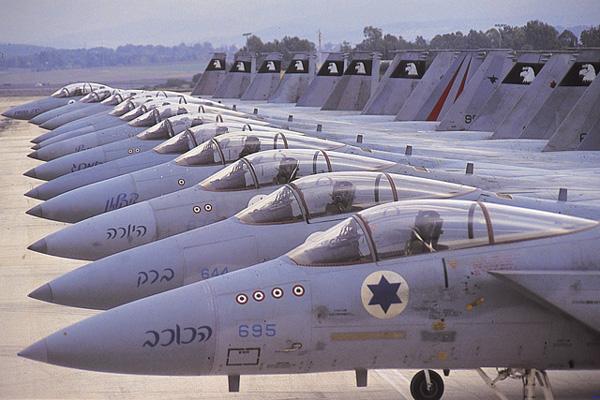 McDonnell Douglas F-15A Eagle de Israel, muito superior aos MiG-21 e 23 dos sírios. Na fuselagem, adiante do cockpit, estão as marcas de inimigos abatidos.