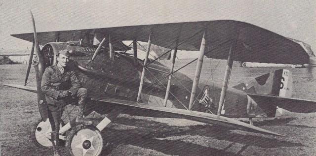 Fotografia de 1918: o capitão Eddie Rickenbacker, da 94.ª Esquadrilha Aérea americana. Seu SPAD XIII ostentava como insígnia uma cartola dentro de um círculo, na fuselagem.
