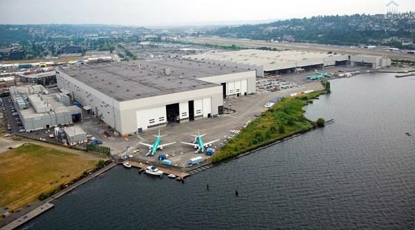 Uma visão mais próxima dos hangares da linha de produção. Os hangares da esquerda, construídos em 1966, concentram a linha móvel dos 737NGs e também a do MAX, que recém está sendo implantada.