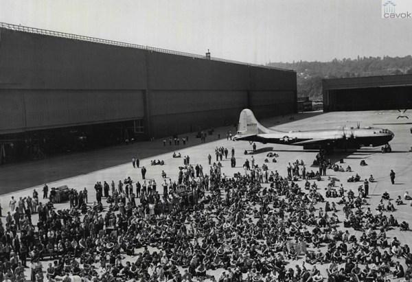 A B-29A de n. 1000 produzida em Renton, em 23 de agosto de 1945, após seu rollout.