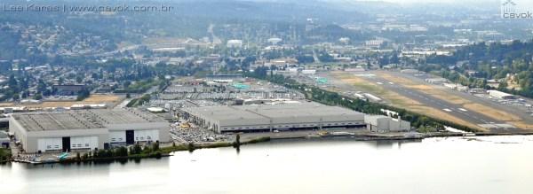 Vista geral do atual complexo da Boeing em Renton: à direita a pista adjacente, de onde já decolaram os mais de 12 mil jatos ali produzidos. O prédio mais baixo, é o original de 1942, construído para a produção da B-29A. Hoje existe apenas uma linha ali ativa, a dedicada ao avião de patrulha marítima P8-A, baseado no 737-800. (Foto: Lee Karas / Cavok)