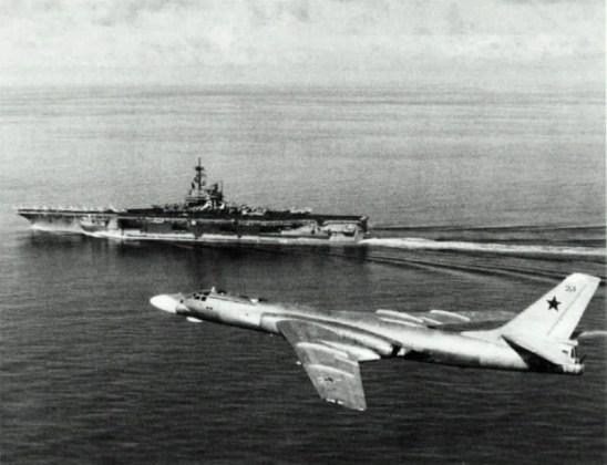 """USS Ranger CV 61 with Tu 16 1989 - Bombardeiros do pós-guerra: Tupolev Tu-16 """"Badger"""""""