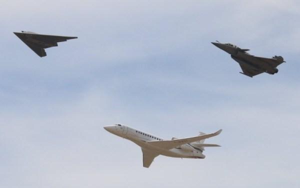A passagem em formação do UCAV nEUROn com um jato de combate Rafale e um jato executivo Falcon 8X, todos da Dassault Aviation. (Foto: Dassault Aviation / S. Randé)