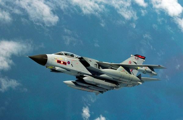 Um Tornado do Esquadrão 617 da RAF, equipado com mísseis de cruzeiro Storm Shadow. (Foto: UK MoD)