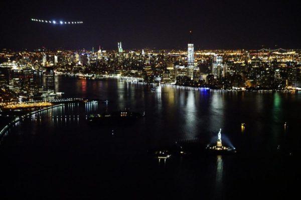 A Solar Impulse sobrevoa o Rio Hudson e a Estátua da Liberdade. (Foto: Solar Impulse)