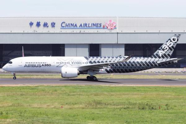 """O A350-900 """"MSN002"""" passando em frente ao hangar de manutenção da China Airlines."""