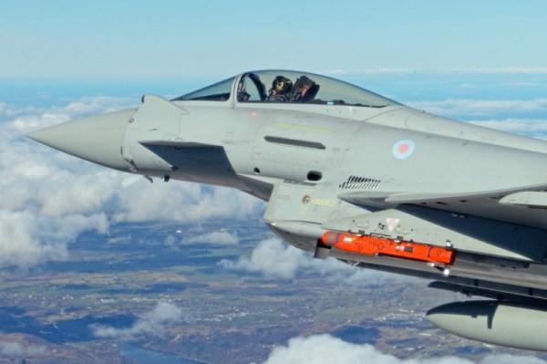 O míssil SPEAR, na cor laranja, foi disparado por um Eurofighter Typhoon. (Foto: BAE Systems)