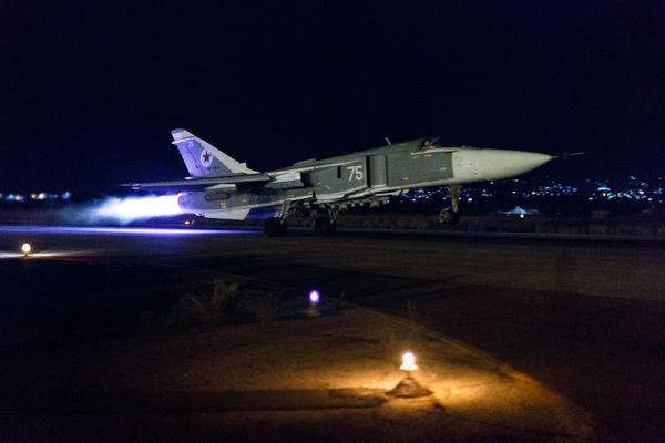 Decolagem noturna de um Su-24M2 da Força Aérea Russa.