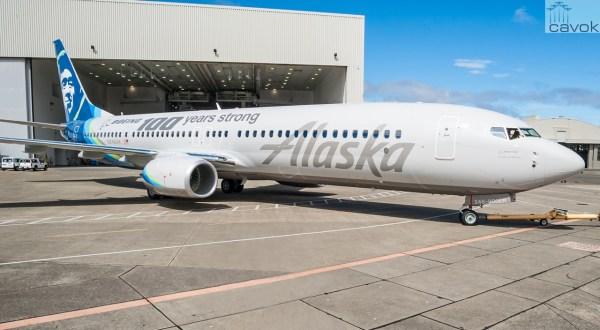 O Boeing 737-900ER, prefixo N248AK, especialmente pintado para celebrar o Centenário da Boeing. (Foto: Alaska Airlines)