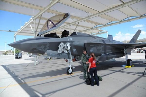 """O Maj. Matt Strongin, piloto de F-35A do 62° Esquadrão de Caça, é recepcionado por uma militar da 62ª Unidade de Manutenção de Aeronaves no dia 26 de agosto de 2016, após pousar a aeronave F-35A """"AF-100"""" na Base Aérea de Luke, Arizona. (Foto: U.S. Air Force / Tech. Sgt. Luther Mitchell Jr.)"""