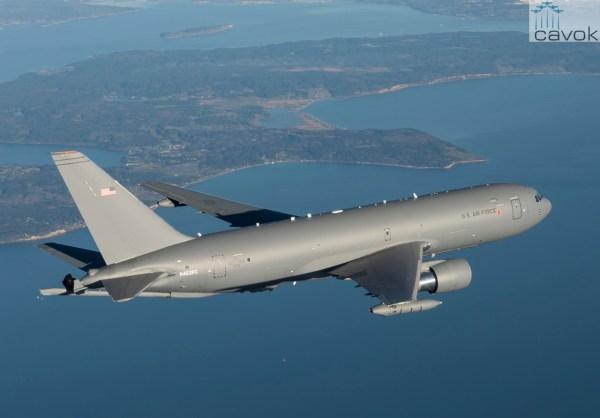 O avião de reabastecimento aéreo KC-46A Pegasus vai ter iniciada a produção em baixa escala. (Foto: Boeing)