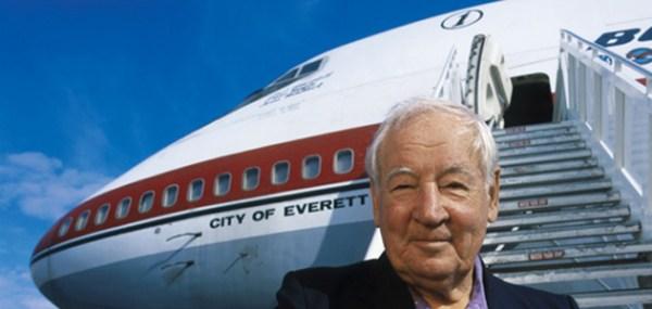 """O engenheiro Joe Sutter, junto ao primeiro Boeing 747 """"City of Everett""""."""