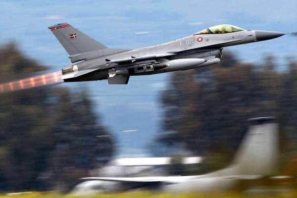 Um caça F-16AM da Real Força Aérea Dinamarquesa decola da Base Aérea de Siginella, na Sicília, para uma missão de ataque no Iraque. (Foto: Reuters)
