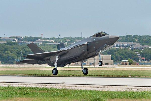 Dceolagem do primeiro caça F-35A Lightning II para Força de Autodefesa Aérea do Japão, em Fort Worth, Texas. (Foto: JASDF)