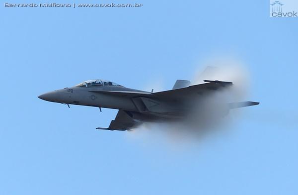 Passagens em alta velocidade foram feitas pelo F/A-18 Super Hornet da Marinha dos EUA. (Foto: Bernardo Malfitano / Cavok)