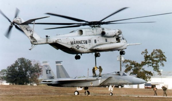 Os Fuzileiros Navais iniciaram o trabalho de revisão após um acidente em 2014 com um dos CH-53E. Na foto acima, um CH-53E inicia a elevação de um F-15 Eagle.