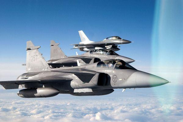 Caças Gripen e F-16 estão sendo oferecidos para Índia, num suposto relançamento do MMRCA. Na foto ilustrativa acima, caças suecos Gripen C e D e um F-16B norueguês.
