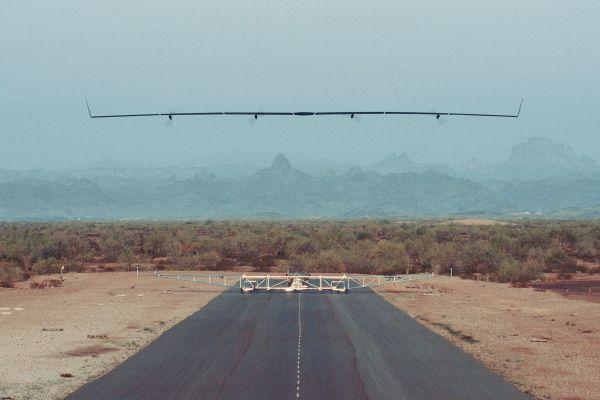 O drone Aquila no momento que decolava para seu primeiro voo em Yuma, Arizona. (Foto: Facebook)
