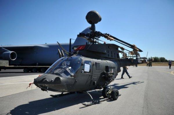 Um dos cinco primeiros helicópteros Kiowa Warriors doados para a Croácia, é descarregado do C-5 Galaxy.