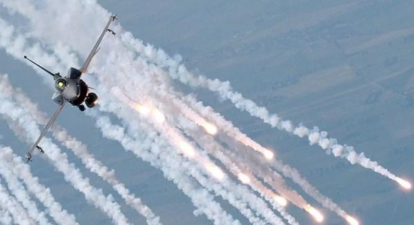 Um caça F-16C Block 52+ da Força Aérea Polonesa libera uma carga de flares durante a sessão de fotos em comemoração dos 10 anos de operação da aeronave no serviço polonês. (Foto: Filip Modrzejewski / Foto Poork)