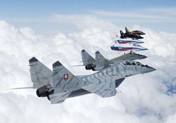 Caças MiG-29 e jatos L-39 da Força Aérea da Eslováquia voam junto com aeronaves Hawk do Esquadrão 100 da RAF. (Foto: 2° Esquadrão da Força Aérea da Eslováquia)