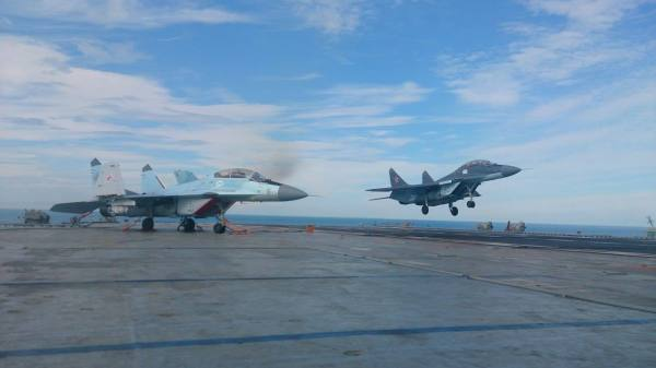 """Pouso do caça MiG-29 KUB """"50 azul"""" no convés do porta-aviões Almirante Kuznetsov. No convés está o caça MiG-29K """"31 azul"""". (Foto: Alexey Biryuk)"""