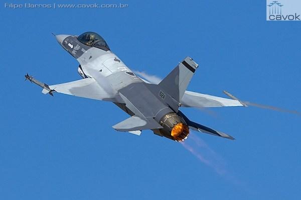 """O caça F-16C MLU M5.2 """"15124"""" da Força Aérea da Romênia, após realizar uma passagem baixa na pista da Base Aérea de Monte Real. (Foto: Filipe Barros / Cavok)"""