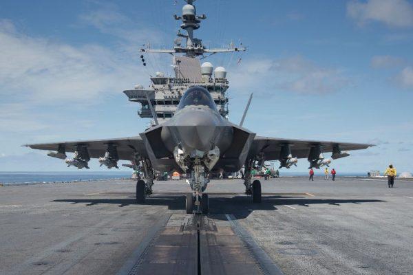 O F-35C (CF-03) armado com bombas guiadas a laser GBU-12 e mísseis ar-ar AIM-9X Sidewinder nos pontos externos sob as asas, a bordo do USS George Washington, com o piloto Maj Eric Northam a bordo. (Foto: U.S. Navy)
