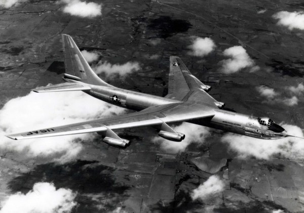 O protótipo do Convair YB-60 em voo (S/N 49-2676). (Foto: U.S. Air Force)
