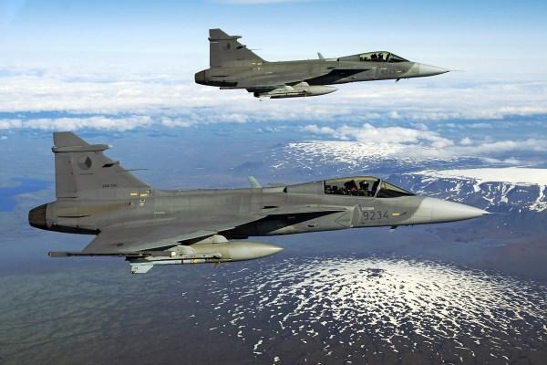 Caças checos JAS39 Gripen, do 21° Esquadrão Tático da Força Aérea, serão destacados por um período de 1 mês e meio na Islândia. (Foto: 21st TAFB)