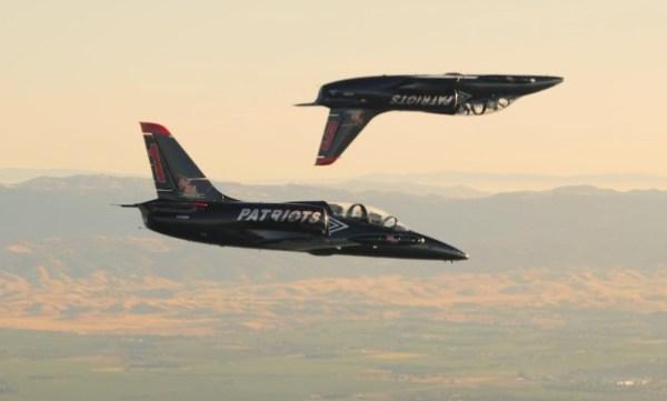Os dois jatos L-39 da equipe de demonstração Jet Patriots, durante sessão de fotos para recriar a cena do filme Top Gun. (Foto: Jaron Schneider / Jet Patriots)