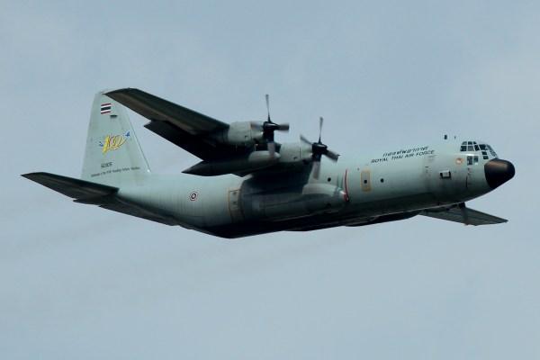 Uma aeronave de transporte C-130 Hercules da Real Força Aérea da Tailândia.