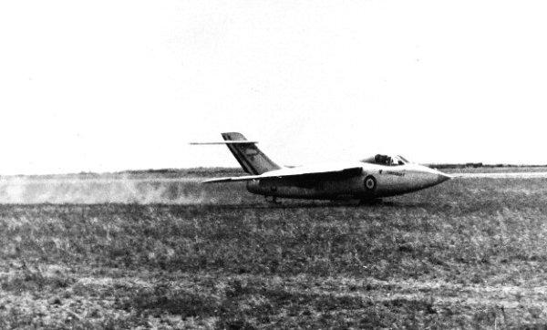 O pouso ocorria com o uso de esquis embaixo da aeronave.
