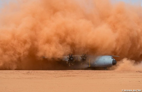 A aeronave A400M Atlas da Força Aérea Francesa em operação de testes na pista de terra de Madama, no Níger. (Foto: Armée de L'Air)