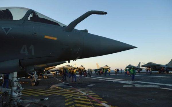 Caças Rafale sendo preparados no convés de voo do Charles de Gaulle. (Foto: AFP)