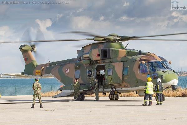 "Helicóptero AW101 realizando ""hot refueling"". (Foto: Filipe Barros / Cavok)"