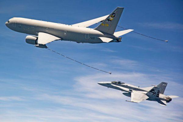 Um caça F/A-18 Hornet do VX-23 reabastece em voo com um KC-767A da Força Aérea Italiana. (Foto: Aeronautica Militare)