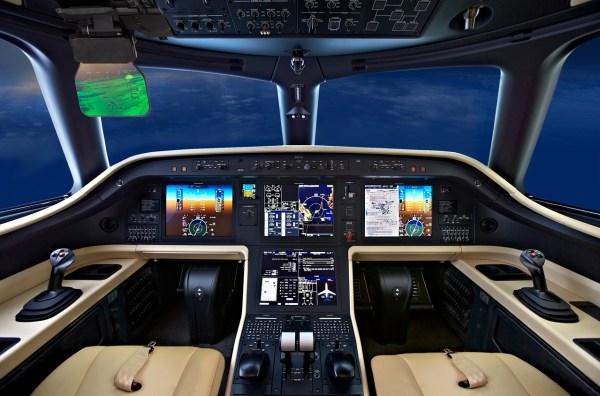 O Head-Up Guidance System (HGS™) da Rockwell Collins, e o sistema de visão avançada com imagem multiespectral EVS-3000. equipado no cockpit do Legacy e integrado à suíte de aviônicos Pro Line Fusion Rockwell Collins. (Foto: Embraer Executive Jets)