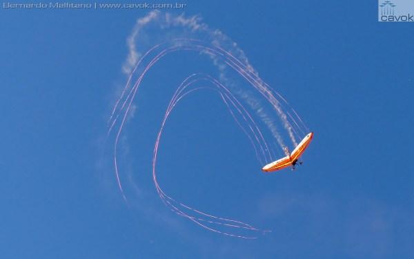 Dan Buchanan realiza manobras acrobáticas com uma asa delta.  (Foto: Bernardo Malfitano / Cavok)
