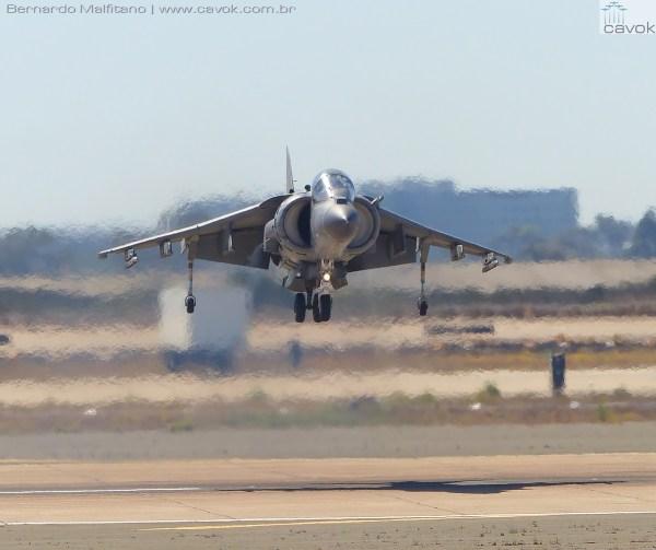 O ensurdecedor AV-8B Harrier II dos fuzileiros navais.  (Foto: Bernardo Malfitano / Cavok)